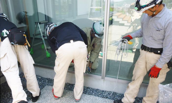 一般家庭での窓ガラス施工の流れ②既存ガラス取り外し中